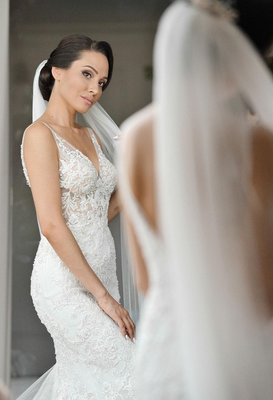 Невеста в свадебном платье любуется на сборах невесты, профессиональная свадебная фотосессия в Киеве и Одессе - услуги фотографа на свадьбу, съемка свадьбы (недорого, стоимость и цена на сайте) фотограф Соя Юрий
