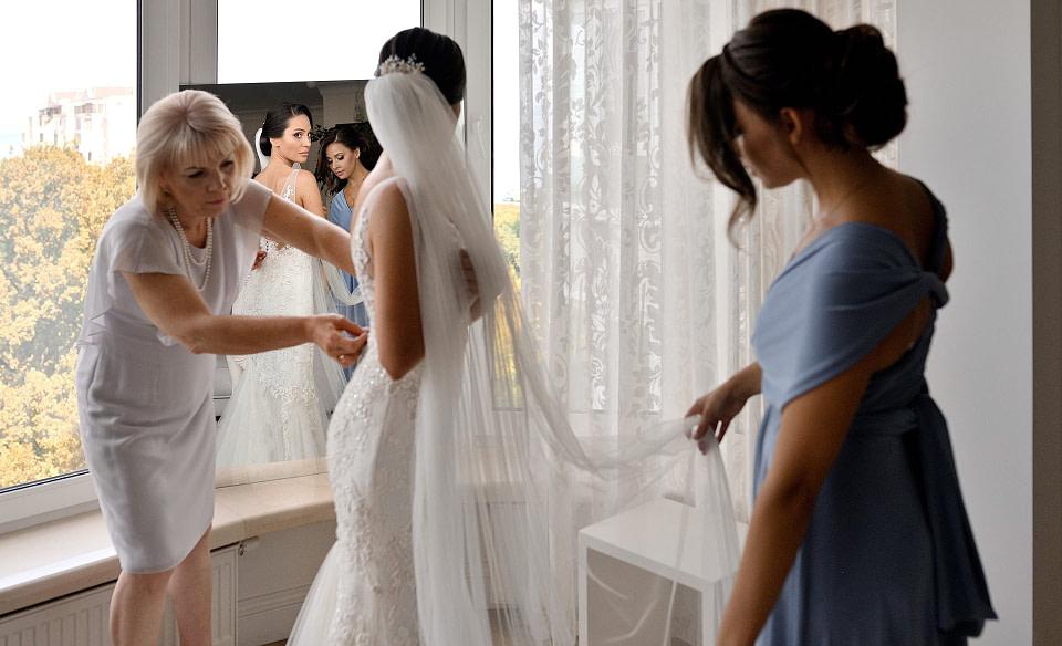 Мама на сборах невесты помогает, профессиональная свадебная фотосессия в Киеве и Одессе - услуги фотографа на свадьбу, съемка свадьбы (недорого, стоимость и цена на сайте) фотограф Соя Юрий