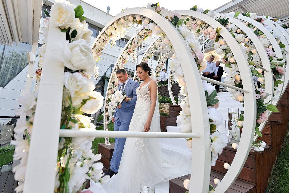 Папа ведет к алтарю невесту на свадебной церемонии , профессиональная свадебная фотосессия в Киеве и Одессе - услуги фотографа на свадьбу, съемка свадьбы (недорого, стоимость и цена на сайте) фотограф Соя Юрий
