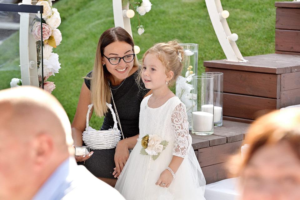 Гостья на свадебной церемонии