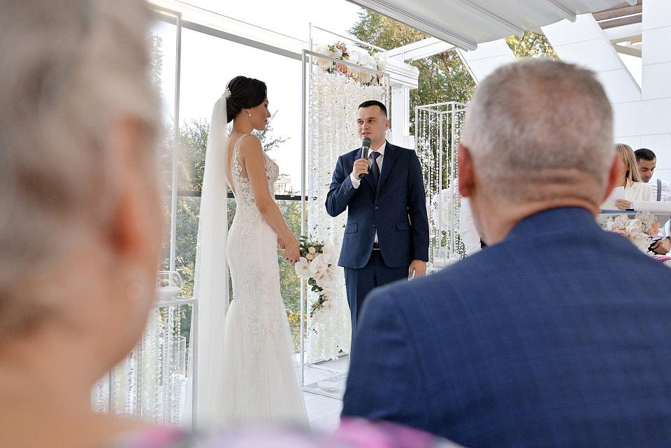 Жених говорит клятву на церемонии
